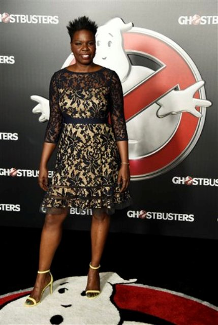 "ARCHIVO - Leslie Jones de la película ""Ghostbusters"" posa tras bambalinas durante la presentación de Sony Pictures Entertainment en CinemaCon 2016, la convención oficial de la National Association of Theatre Owners (NATO), en el  Caesars Palace en Las Vegas. Jones se quejó en internet porque estaba teniendo problemas para encontrar un diseñador que la vistiera para el estreno de la película en julio. No es la primera actriz de tallas más grandes que tiene este tipo de dificultades. (Foto Chris Pizzello/Invision/AP, archivo)"