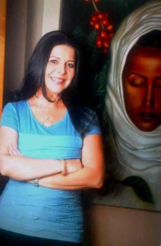 """María Fernanda Cereceda con una de sus obras de la serie """"Volver al origen""""."""