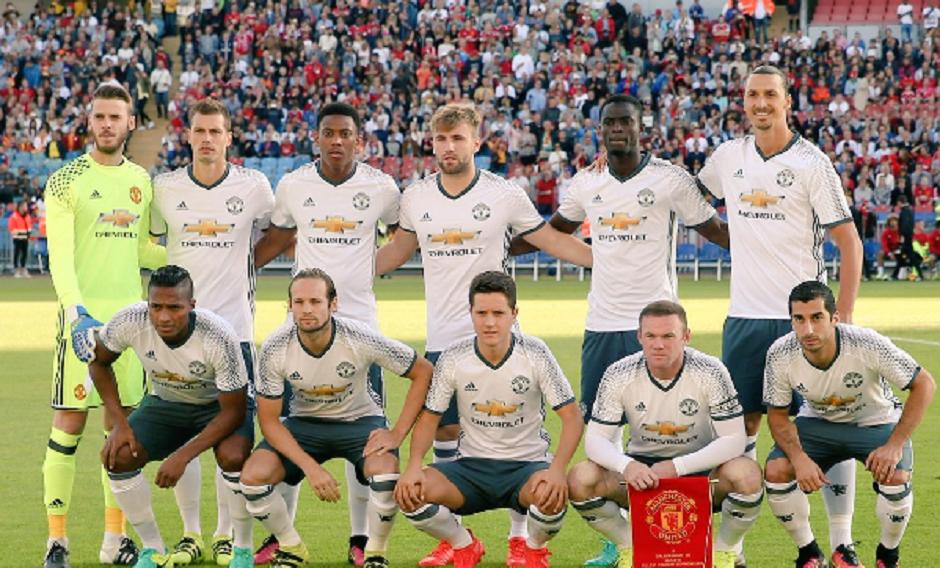 Equipo del Manchester United que derrotó esta tarde 5 por 2 al Galatasaray. Foto tomada de la cuenta de Twitter de Eric Bailly (@ericbailly).