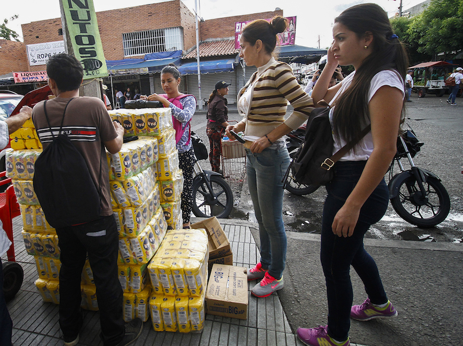 Venezuelans shop for groceries along the streets of Cucuta, Colombia on July 17, 2016.  Thousands of Venezuelans crossed the border with Colombia to take advantage of its 12-hour opening after it was closed by the Venezuelan government 11 months ago. Venezuelans rushed to Cucuta to buy food and medicines which are scarce in their  / AFP PHOTO / Schneyder Mendoza