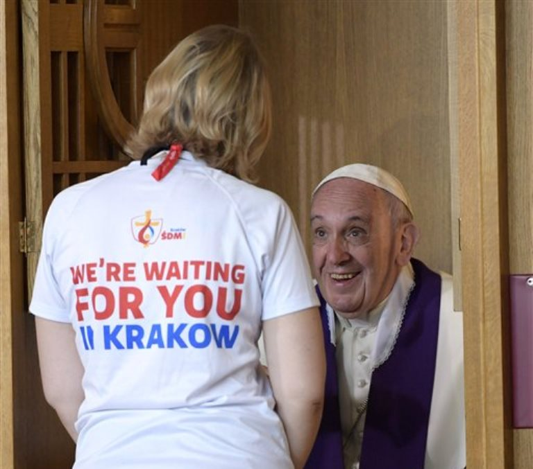 El papa Francisco confiesa a una mujer en el Santuario de la Divina Misericordia en Cracovia, Polonia, el sábado 30 de julio de 2016. (L'Osservatore Romano/Foto de Pool vía AP)