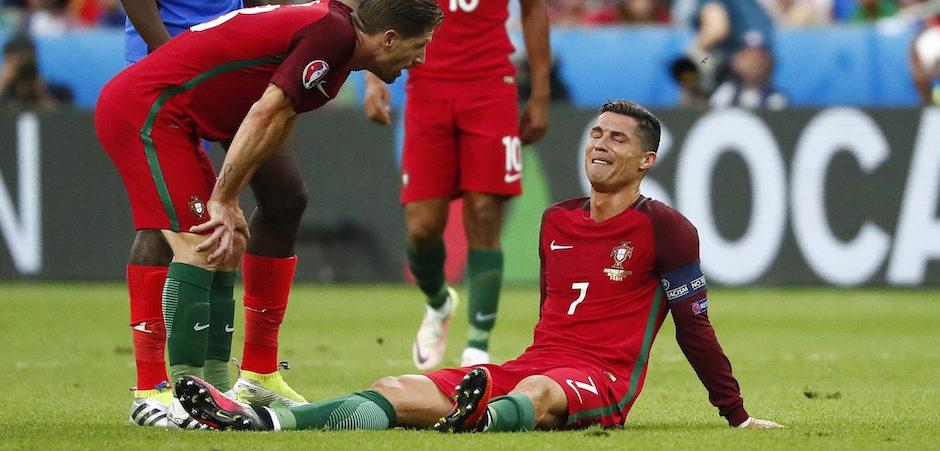 Saint- Denis (Francia ) , 10/ 07 / 2016.- Cristiano Ronaldo ( R ) de Portugal reacciona durante el partido de la UEFA EURO 2016 final entre Portugal y Francia en el Stade de France en Saint- Denis , Francia , 10 de Julio de 2016. EFE / EPA / IAN LANGSDO