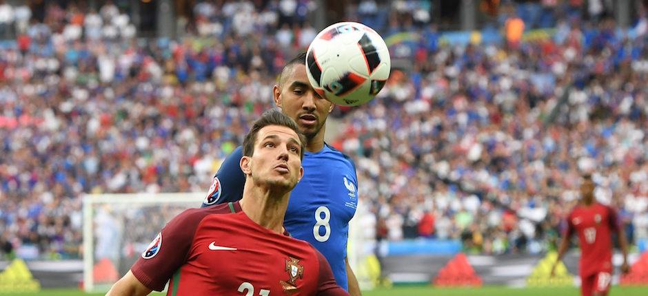 Saint- Denis (Francia ) , 10 / 07 / 2016.- Cedric ( L ) de Portugal en la acción contra Dimitri Payet de Francia durante la UEFA EURO 2016 partido final entre Portugal y Francia en el Stade de France en Saint- Denis , Francia , 10 de julio de de 2016.