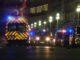 En esta toma de video del jueves 14 de julio de 2016, se ven ambulancias y carros de la policía en el lugar en el que un camión subió a la acera y embistió a una multitud reunida para ver los fuegos artificiales en la turística ciudad de Niza. Las autoridades y testigos describieron el incidente como un ataque deliberado. Aparentemente hay decenas de muertos y heridos.
