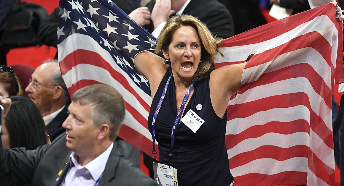 Delegados reacciones a un pedido de colegas, que quieren un conteo de votos sobre la adopción de reglas, al inicio del la Convención Nacioanl Republicana en Cleveland, el lunes 18 de julio del 2016. (Foto AP /Mark J. Terrill)