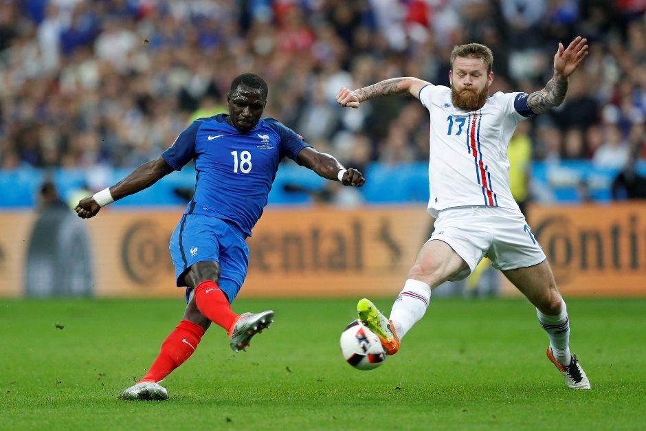 Moussa Sissoko, de Francia, contra Aron Gunnarsson, de Islandia, el 3 de julio de 2016. Foto de Euronews.