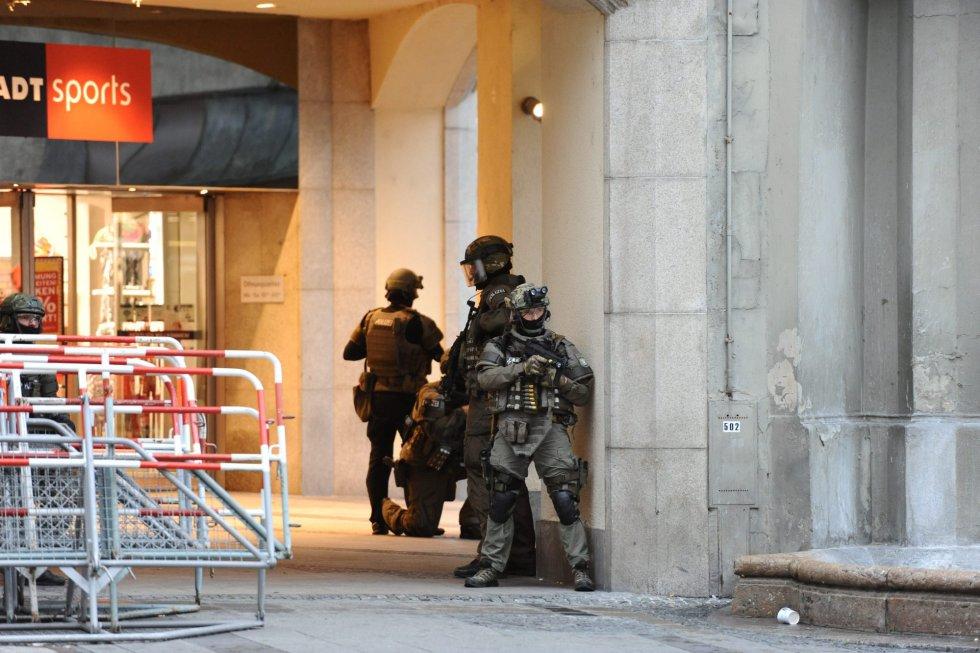 Policías de las Fuerzas Especiales aseguran el exterior del hotel Stachus tras el tiroteo registrado en un centro comercial en Múnich, Alemania. ANDREAS GEBERT EFE