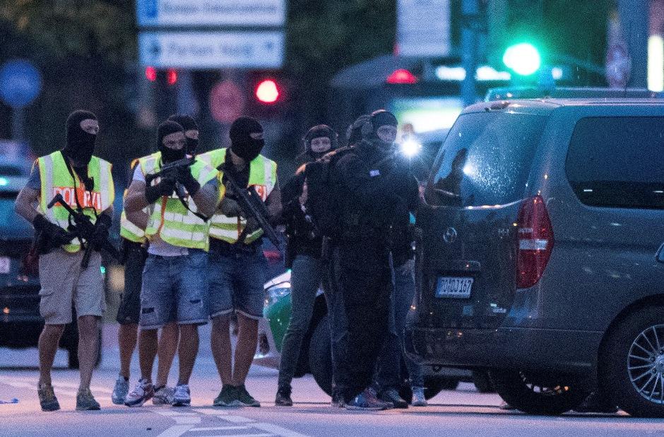 Fuerzas especiales de la policía se preparan para registrar un centro de tiendas vecino afuera del centro comercial de Olympia en Munich, en el sur de Alemania, el viernes 22 de julio de 2016 después de que varias personas murieron en un tiroteo. (AP Foto/Sebastian Widmann)