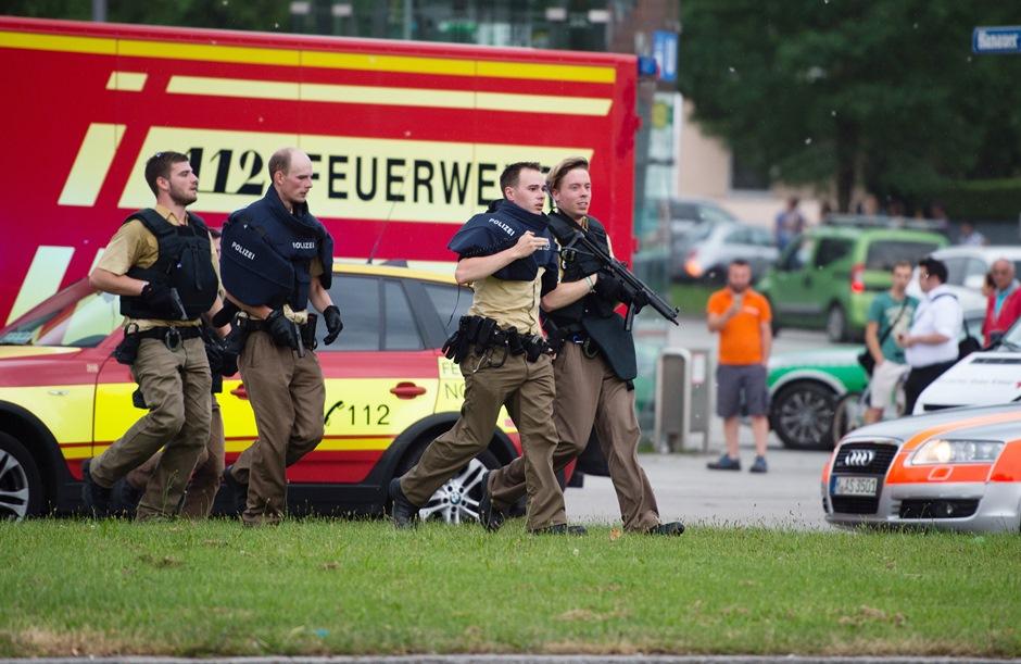 Policías acuden a ayudar a la escena de una balacera en Munich, en Alemania el 22 de julio del 2016. (Matthias Balk/dpa via AP)
