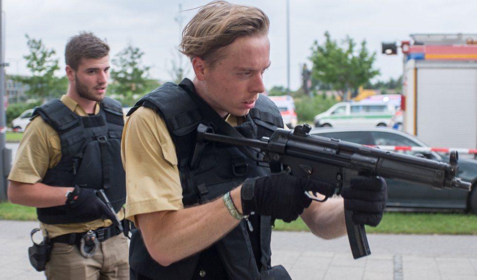 Numerosos agentes de la policía y ambulancias rodean la entrada del centro comercial donde se ha producido un tiroteo en Múnich, Alemania. MATTHIAS BALK AP