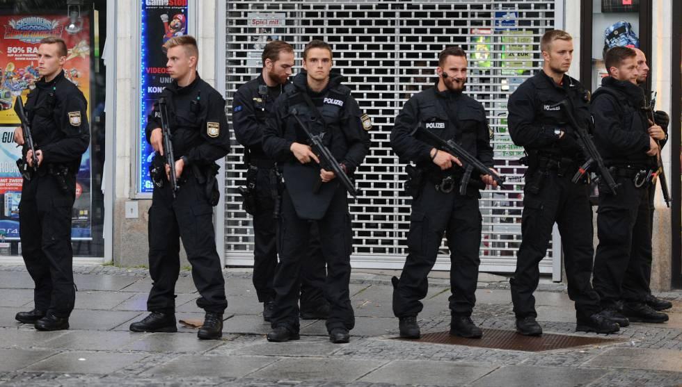 Agentes de policía aseguran el hotel Stachus después de que se reportó un tiroteo allí en Munich, en el sur de Alemania, el viernes 22 de julio de 2016. Se reportó que hubo varios muertos. (Andreas Gebert/dpa vía AP)