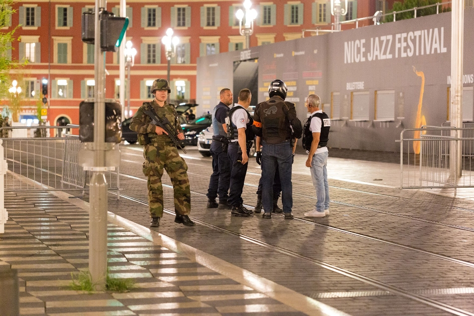 """Agentes de policía y soldados vigilan un área cerrada en donde se realizó un ataque luego de que un camión subió a la acera y embistió a una multitud reunida para ver los fuegos artificiales en la ciudad turística de Niza, en el sur de Francia el viernes 15 de julio de 2016. Un portavoz del ministerio del Interior dijo que es posible que hayan """"varias personas muertas"""". (AP Foto/Ciaran Fahey)"""