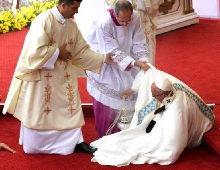 El papa Francisco en el momento de tropezarse cuando celebraba misa en Czestochowa, Polonia el 28 de julio del 2016. (AP Photo/Gregorio Borgia)