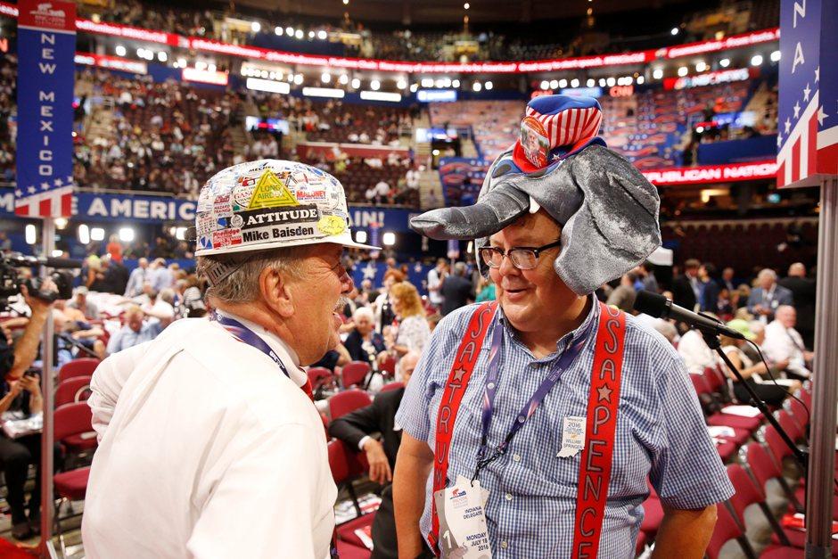El delegado por Indiana William Springer (d) utiliza un sombrero con la imagen del aspirante a la Casa Blanca Donald Trump hoy, 18 de julio de 2016, antes de la segunda sesión del primer día de la Convención Republicana en el Centro Nacional Republicano Quicken Loans Arena de Cleveland, Ohio. EFE/MICHAEL REYNOLDS