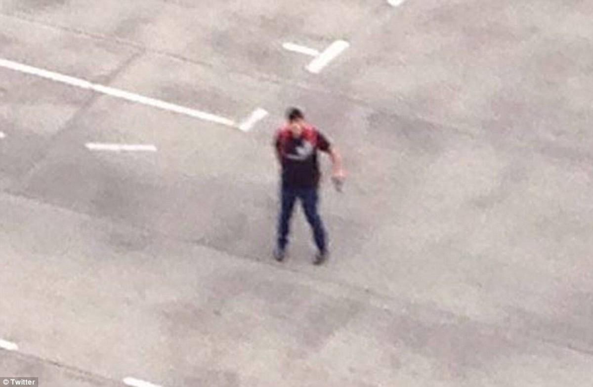 El joven atacante, en la terraza del centro comercial desde donde disparaba. Twitter.
