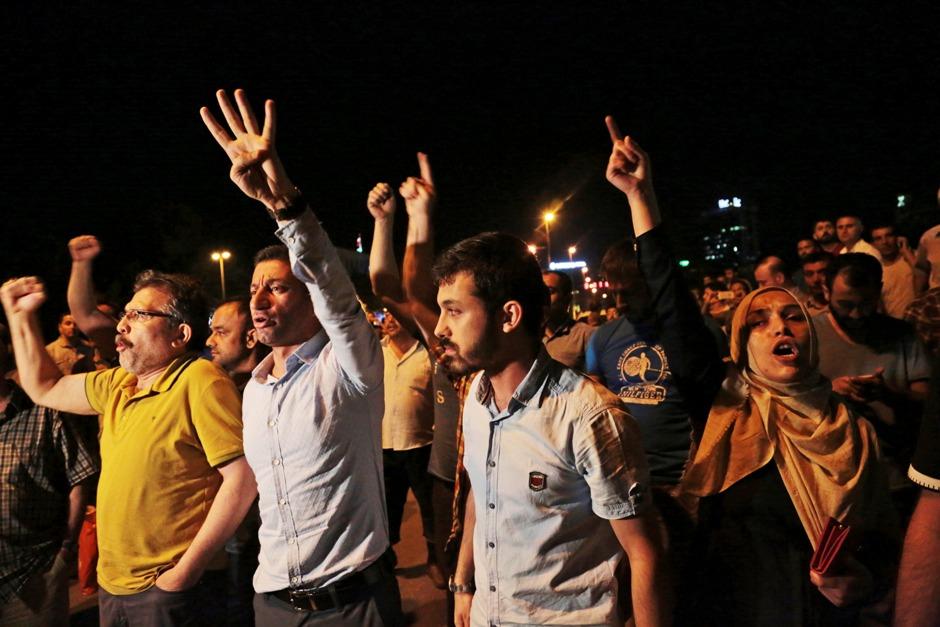 Numerosos civiles turcos protestan contra el intento de golpe durante una movilización en Ankara, Turquía, la noche del viernes 15 de julio de 2016. Miembros de las fuerzas militares de Turquía dijeron que habían tomado el control del país, pero funcionarios turcos señalaron que el intento de golpe fue frustrado a primeras horas del sábado tras una noche de violencia, según la prensa estatal. (AP Foto/Burhan Ozbilici)