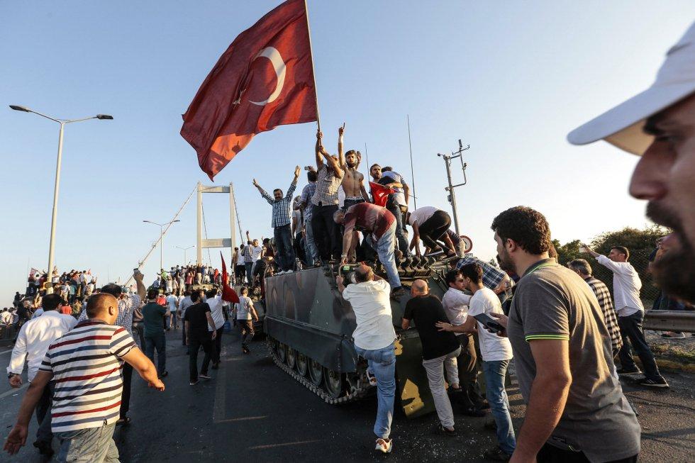 Varios ciudadanos ondean banderas y celebran el fracaso del golpe sobre un tanque del Ejército, en el puente del Bósforo de Estambul. GOKHAN TAN GETTY IMAGES., publicada en El Pais.