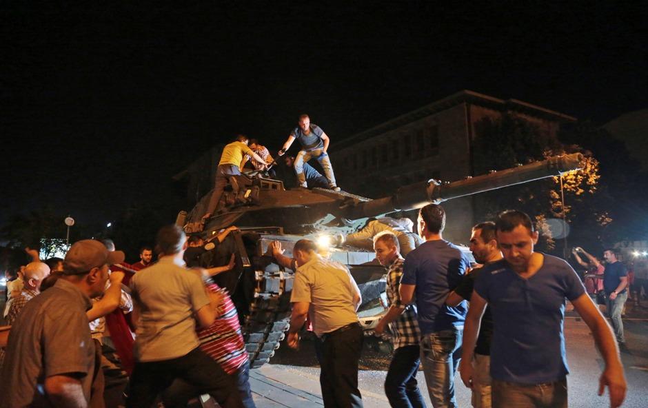 Un tanque avanza hacia una posicion mientras civiles turcos intentan detenerlo en Ankara Turquía, la noche del viernes 15 de julio de 2016. Miembros de las fuerzas militares de Turquía dijeron que habían tomado el control del país, pero funcionarios turcos señalaron que el intento de golpe fue frustrado a primeras horas del sábado tras una noche de violencia, según la prensa estatal. (AP Foto/Burhan Ozbilici)