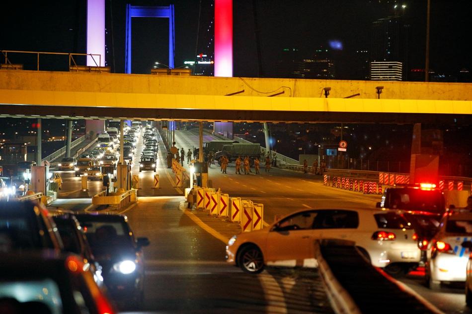 Soldados turcos bloquean el acceso al icónico Puente Bosporus de Estambul el viernes 15 de julio de 2016. (AP Foto/Emrah Gurel)