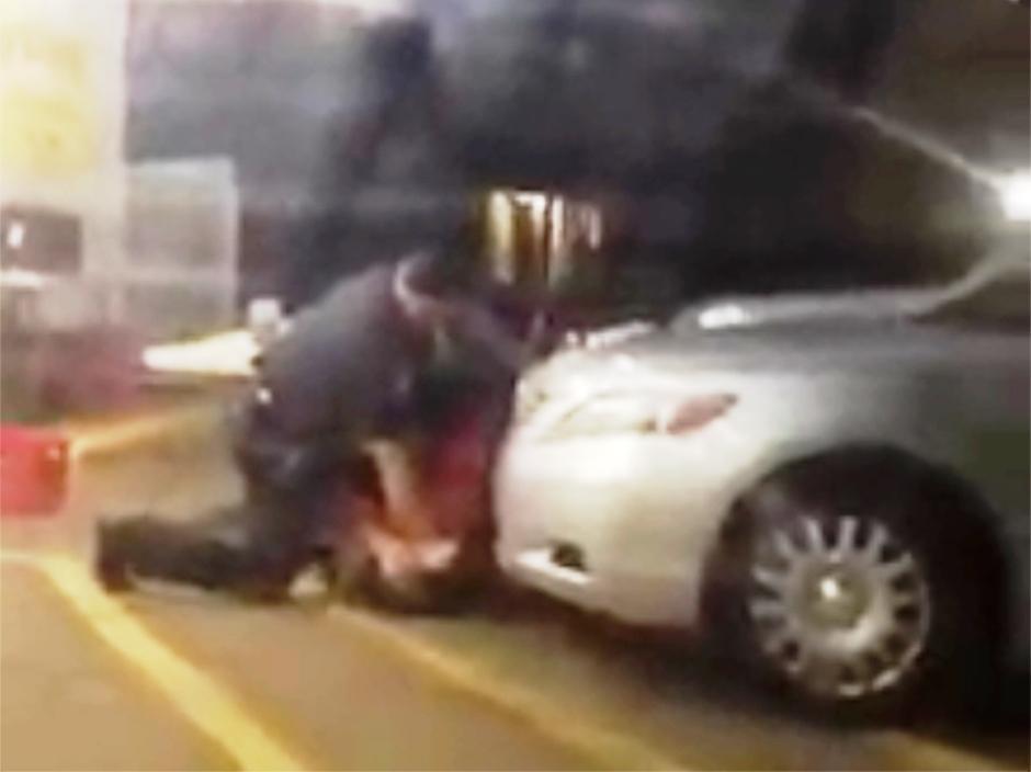 Foto tomada el 5 de julio del 2016 a partir de un video, del enfrentamiento entre Alton Sterling y policías en Baton Rouge, Lousiana. Poco después uno de los policías mató a tiros a Sterling, un hombre de raza negra que estaba vendiendo CDs. (Arthur Reed via AP)