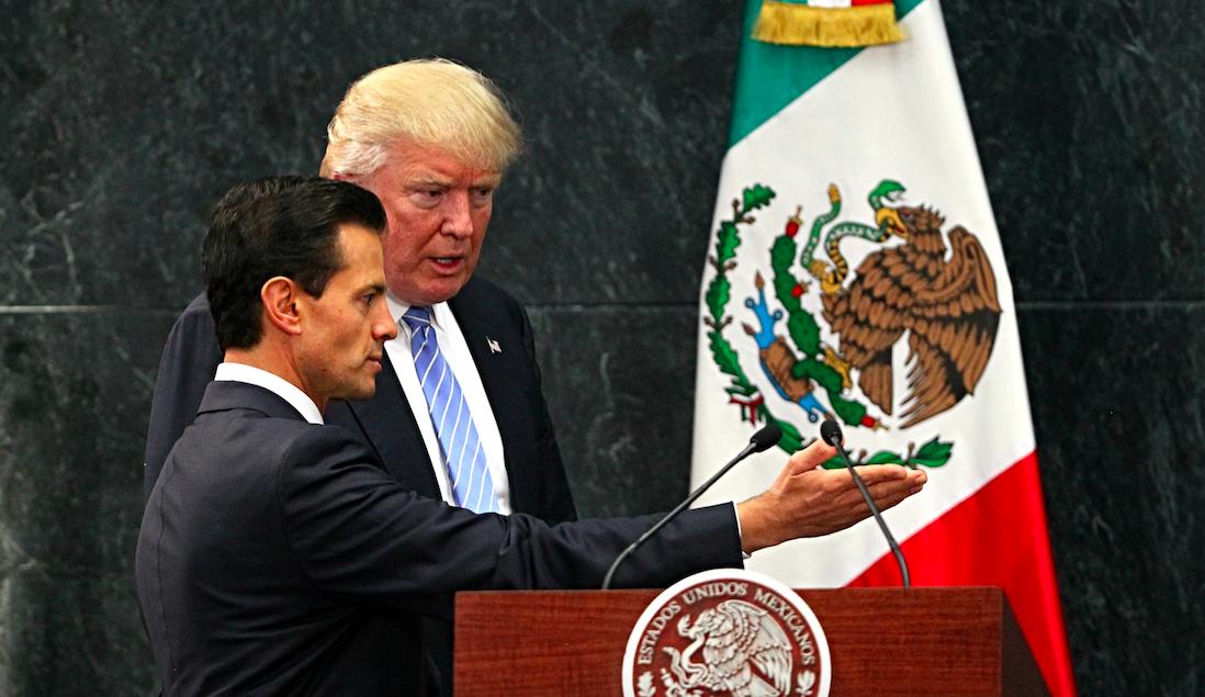 CIUDAD DE MÉXICO (MÉXICO), 31/08/2016.- El presidente de México, Enrique Peña Nieto (i) recibe al candidato republicano a la presidencia de Estados Unidos, Donald Trump (d) hoy, miércoles 31 de agosto de 2016, en la residencia Los Pinos en Ciudad de México (México). El candidato republicano a la Casa Blanca, Donald Trump, expresó hoy su «gran respeto» al pueblo mexicano pero reiteró ante el presidente de México, Enrique Peña Nieto, la necesidad de construir «un muro para poner un alto a la inmigración» en la frontera común. EFE/JORGE NUÑEZ