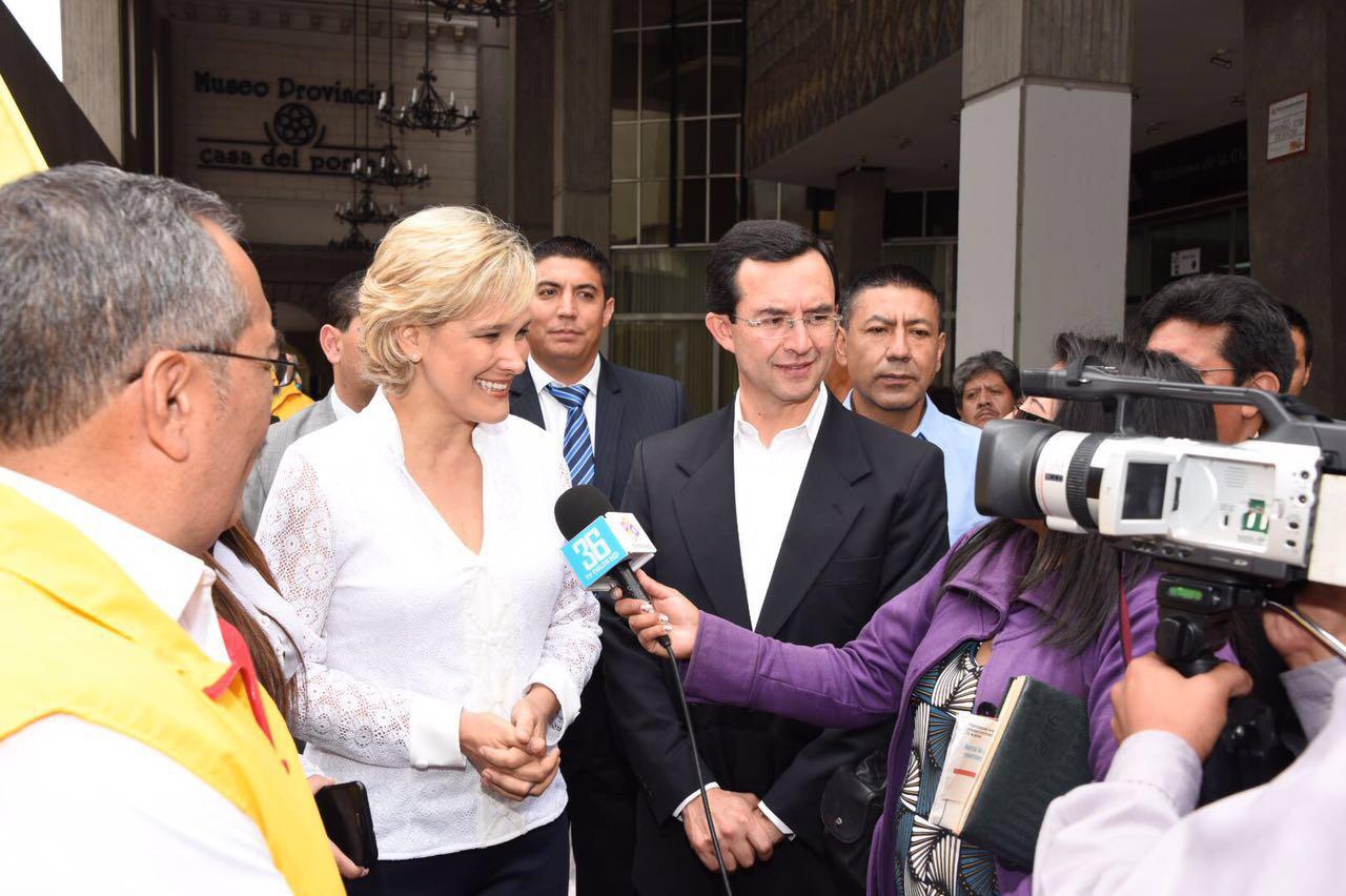 Cynthia Viteri en entrevista con medios ambateños.