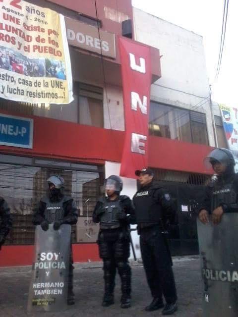 A las afueras del edificio de la UNE en Quito. Foto tuiteada por @corapesatelital