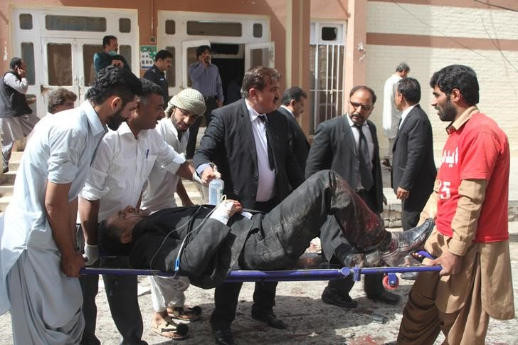 """Varias personas socorren a los heridos en un ataque con bomba en un hospital de Quetta (Pakistán) hoy, 8 de agosto de 2016. Al menos 30 personas murieron y 40 resultaron heridas por una explosión en un hospital de Quetta, en el oeste de Pakistán, al que había sido llevado poco antes un prominente abogado tras ser tiroteado, informó a Efe una fuente oficial. El portavoz de la Policía provincial, Ghulam Akbar, indicó que tienen constancia de 30 muertos en """"una fuerte explosión"""" en el Hospital Civil de Quetta, adonde había sido llevado el presidente de la Asociación de Abogados de Baluchistan, Bilal Anwar Kasi, tras ser asesinado a tiros por un grupo de hombres sin identificar. EFE"""
