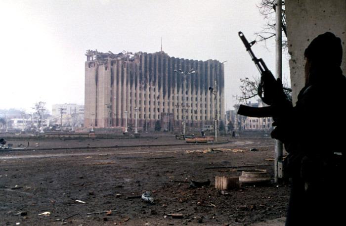 Un guerrillero checheno cerca del Palacio Presidencial en Grozni, enero de 1995. Foto de Mijaíl Yevstáfiev.