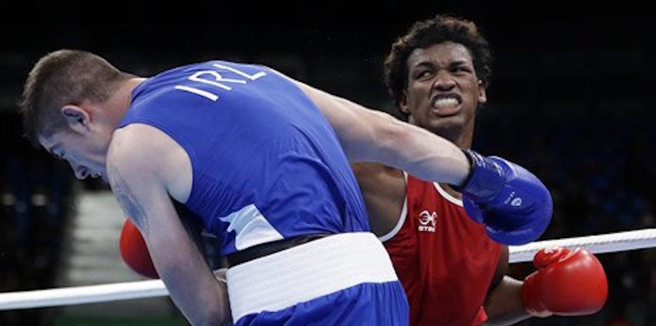 El ecuatoriano Carlos Mina, derecha, pelea con el irlandÈs Joseph Ward en una pelea en el boxeo de los Juegos OlÌmpicos el miÈrcoles, 10 de agosto de 2016, en RÌo de Janeiro. (AP Photo/Frank Franklin II)
