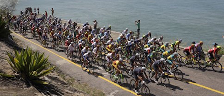 El pelotÛn pedalea por la playa Grumari en la prueba de ciclismo de ruta de los Juegos OlÌmpicos el s·bado, 6 de agosto de 2016, en RÌo de Janeiro. (AP Photo/Patrick Semansky)