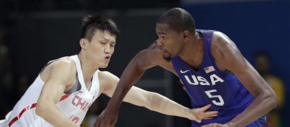 Kevin Durant (5) encara al chino Zou Peng en el encuentro en la primera ronda de los Juegos OlÌmpicos en RÌo de Janeiro, Brasil, el s·bado 6 de agosto de 2016. (AP Foto/Charlie Neibergall)