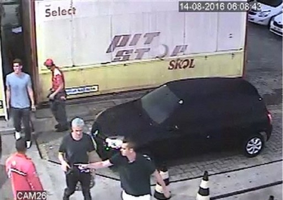 En esta imagen del domingo 14 de agosto de 2016, tomada de un video de vigilancia, el estadounidense Ryan Lochte (2do de derecha a izquierda), aparece con otros nadadores en una gasolinera, durante los Juegos Olímpicos de Río de Janeiro (Policía brasileña via AP)