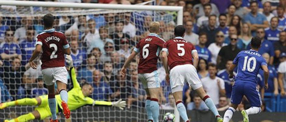El mediocampista del Chelsea, Eden Hazard (10) anota el primer gol de su equipo durante el partido de la Liga Premier inglesa contra Burnley en el estadio Stamford Bridge en Londres, el s·bado 27 de agosto de 2016. Chelsea ganÛ 3-0. (AP Foto/Frank Augstein)