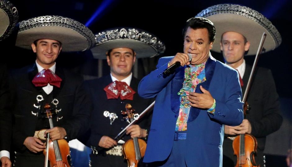 En esta foto del 28 de abril del 2016, el cantante y compositor mexicano Juan Gabriel se presenta en la ceremonia de los Premios Billboard de la Música Latina en Coral Gables, Florida. Juan Gabriel murió el domingo 28 de agosto del 2016, informó su oficina de prensa. Tenía 66 años. (AP Foto/Wilfredo Lee, Archivo)