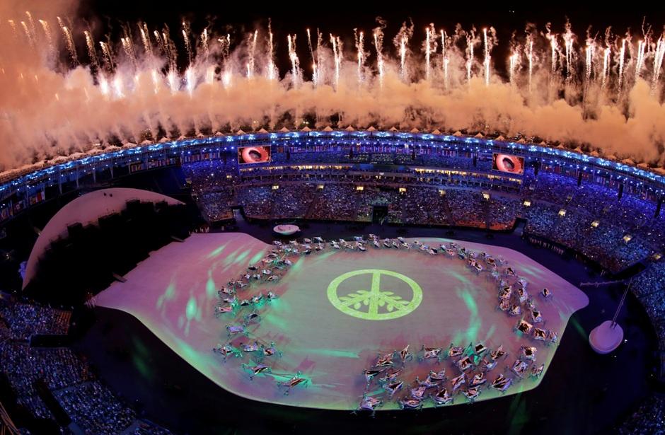 Imagen de fuegos artificiales en el estadio Maracaná de Río de Janeiro durante la ceremonia inaugural de los Juegos Olímpicos el viernes, 5 de agosto de 2016, en Río de Janeiro. (AP Photo/Morry Gash)