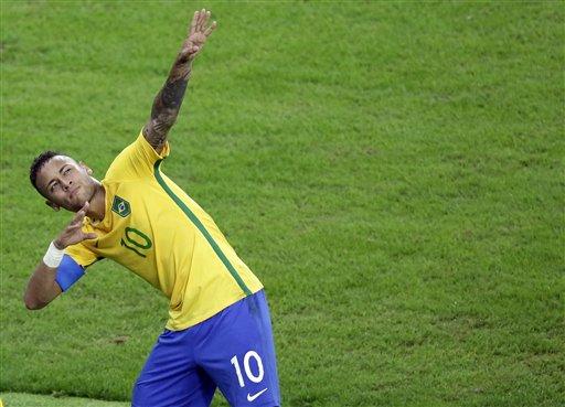 El jugador de Brasil, Neymar, festeja tras anotar un gol contra Alemania en la final del fútbol olímpico el sábado, 20 de agosto de 2016, en Río de Janeiro. (AP Photo/Luca Bruno)