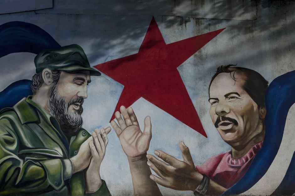 Vista de un mural con el rostro del expresidente de Cuba Fidel Castro (i) y el mandatario de Nicaragua, Daniel Ortega (d), el sábado 30 de julio de 2016, en Managua.. EFE/Jorge Torres