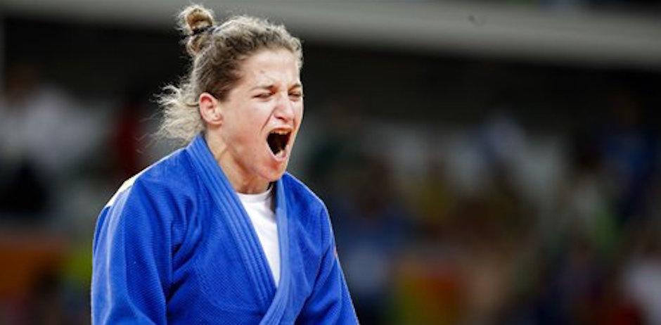 La judoca argentina Paula Pareto festeja despuÈs de ganar la medalla de oro en los 48 kilogramos en los Juegos OlÌmpicos de RÌo de Janeiro, Brasil, el s·bado 6 de agosto de 2016. (AP Foto/Markus Schreiber)
