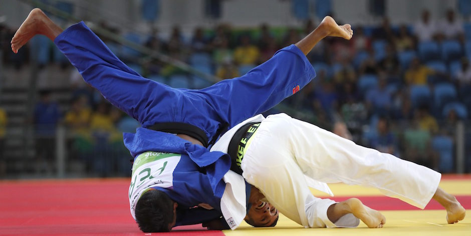 BRA. Rio De Janeiro (Brazil), 06/08/2016.- Juan Postigos of Peru (L) and Orkhan Safarov of Azerbaijan (R) in action in the men's 60kg bout of the Rio 2016 Olympic Games Judo events at the Carioca Arena 2 in the Olympic Park in Rio de Janeiro, Brazil, 06 August 2016. (Azerbaiyán, Brasil) EFE/EPA/ORLANDO BARRIA