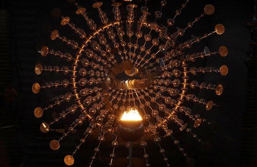 La llama olímpica arde en el pebetero antes de la ceremonia de clausura de los Juegos Olímpicos de Río de Janeiro, el domingo 21 de agosto de 2016, en el estadio de Maracaná (AP Foto/Charlie Riedel)