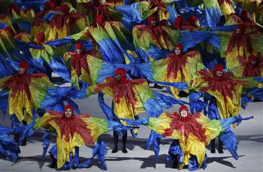 Un grupo de bailarines actúa durante la ceremonia de clausura de los Juegos Olímpicos de Río de Janeiro, el domingo 21 de agosto de 2016 (AP Foto/Vincent Thian)