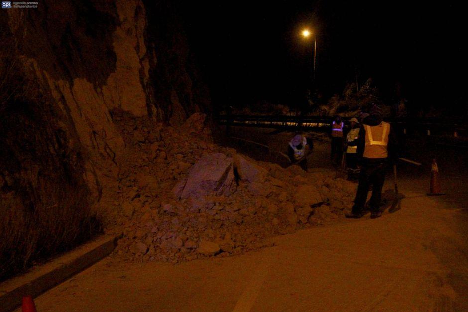 QUITO, 9 de agosto de 2016. Un temblor de 4,9 grados sacudió la capital. En la foto pequelos deslizamientos de tierra en la Av. Simón Bolivar. FOTO API/ Javier Cazar