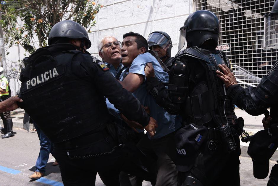 Incidentes durante el desalojo de la sede de la UNE, en Quito, el 29 de agosto de 2016. API