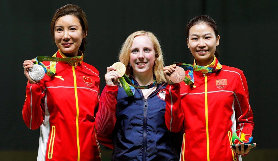 Virginia Thrasher (C), de EEUU, posa con su medalla de oro. tras ganar la prueba de carabina de aire, en los Juegos Olímpicos de Río 2016, en el Centro Olímpico de Tiro, en Río de Janeiro, Brasil, el 6 de agosto de 2016. El segundo lugar lo ganó la china Li Du (I) y el tercer lugar Yi Siling (D) EFE/EPA/VALDRIN XHEMAJ