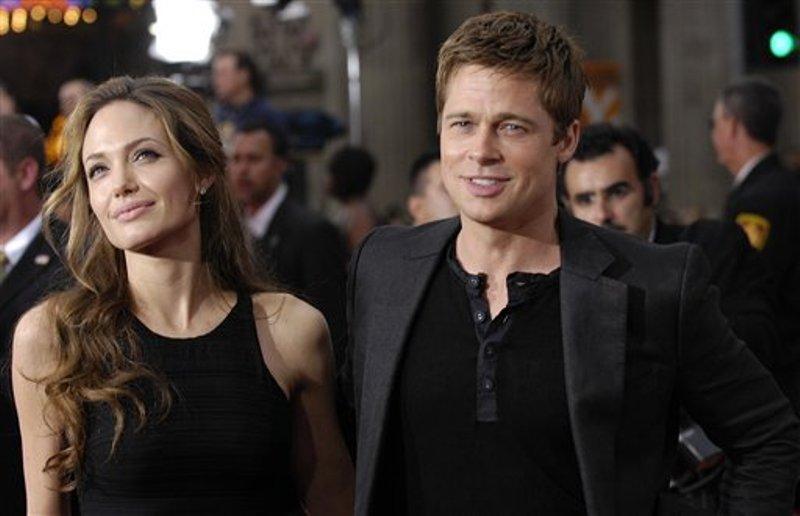 """En esta foto del 5 de junio del 2007, Brad Pitt y Angelina Jolie llegan al estreno de """"Ocean's Thirteen"""" en el Teatro Chino de Grauman en Los Angeles. Angelina Jolie Pitt presentó una solicitud de divorcio de Brad Pitt, poniendo fin a uno de los romances más estelares y seguidos del mundo. (AP Foto/Chris Pizzello, Archivo)"""