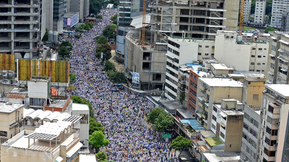 La marcha de la oposición recorre las calles de Caracas. Foto Cortesía AFP.