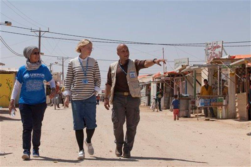 La embajadora de buena voluntad de la ACNUR Cate Blanchett, centro, y el responsable de campamento Hovig Etyemezian, derecha, caminan en el campo de refugiados de Zaatari durante una visita a refugiados sirios en Jordania en una fotografía sin fecha proporcionada por ACNUR el lunes 12 de septiembre de 2016. Blanchett y otros actores participan en un video por los refugiados publicado por ACNUR el lunes. (Jordi Matas/UNHCR via AP)