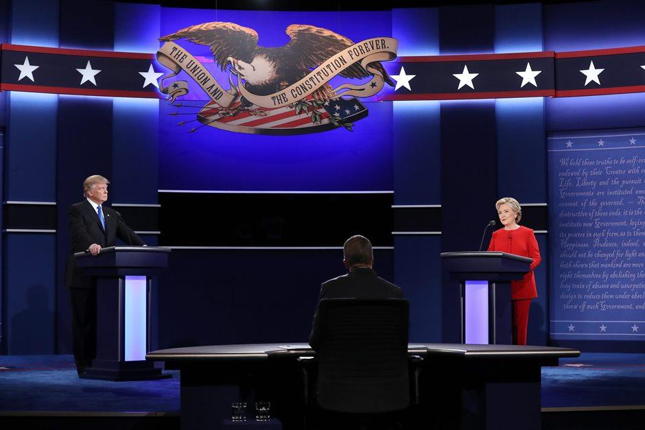 La candidata Demócrata a la presidencia de los Estados Unidos Hillary Clinton (d) habla frente al candidato republicano Donald Trump (i) en el primer debate hoy, lunes 26 de septiembre de 2016, en la Universidad Hosfra de Hempstead, Nueva York (EE.UU.). EFE/JUSTIN LANE