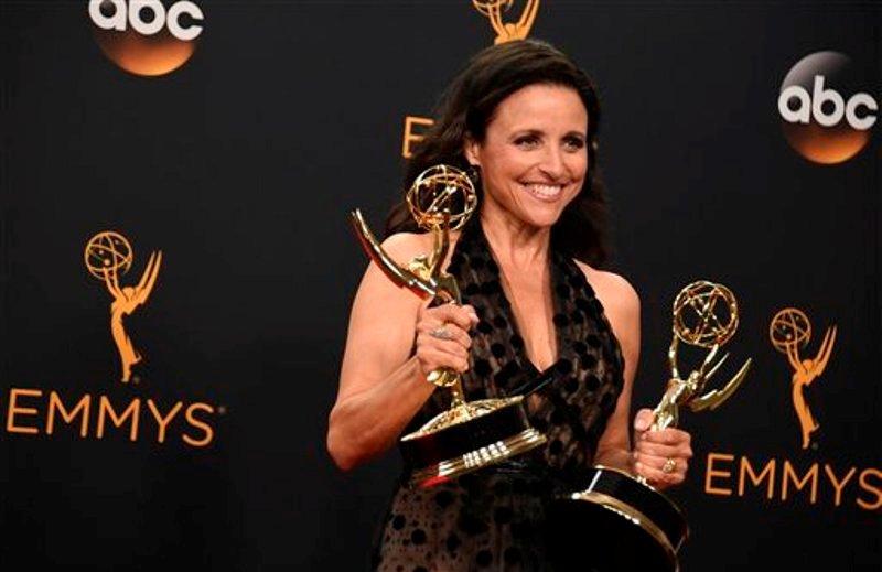 """Julia Louis-Dreyfus, ganadora del Premio Emmy a la mejor actriz en una serie de comedia por """"Veep"""", posa en la sala de prensa en el Teatro Microsoft en Los Angeles, el domingo 18 de septiembre del 2016. (Foto por Jordan Strauss/Invision/AP)"""